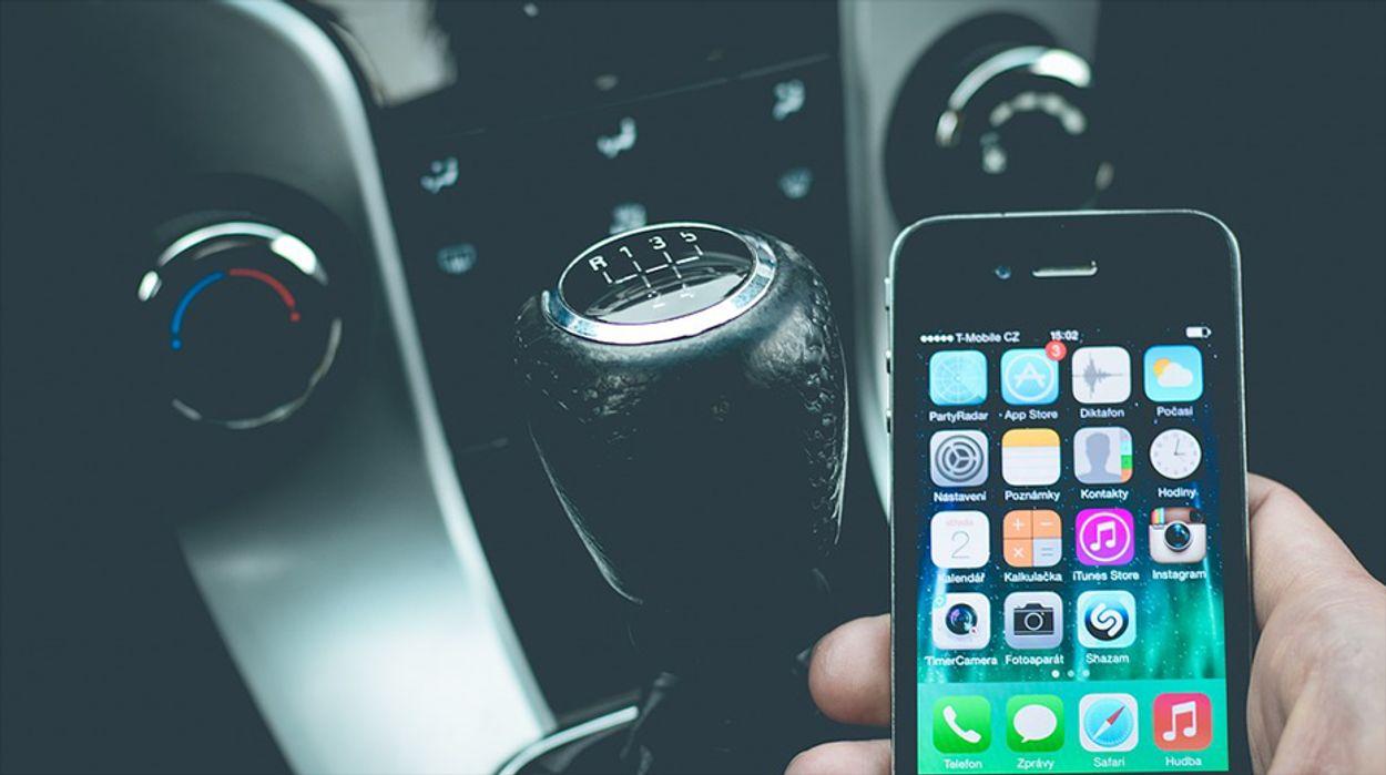 Afbeelding van Verdubbeling van aantal boetes voor appen achter het stuur