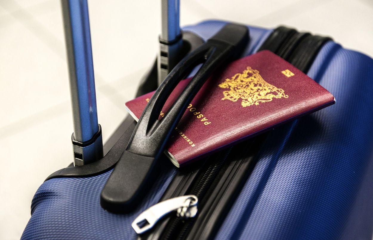 Afbeelding van CoronaCheck-app en gele boekje: met welk vaccinatiebewijs kun je op reis?
