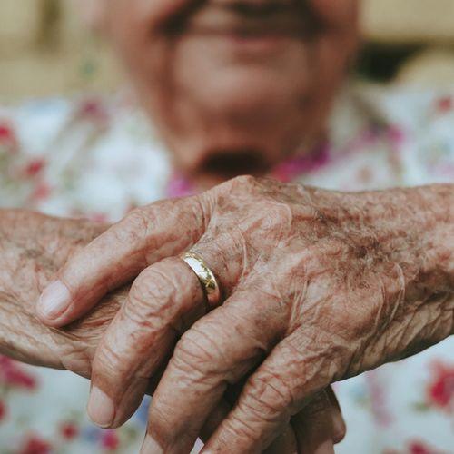 Afbeelding van Zorgkosten van valongevallen ouderen verdubbelen, denkt VeiligheidNL