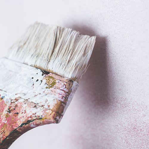 Hoe verf ik een tweede kleur op een muur in een strakke lijn?