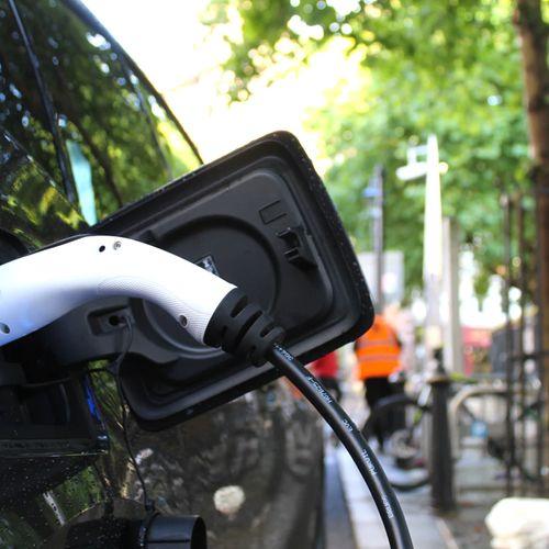 Afbeelding van Eén op de zes verkochte auto's in 2020 was elektrisch