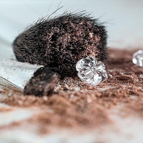 Afbeelding van 'Asbest gevonden in make-up HEMA en Douglas'